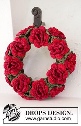Gehaakte kerstkrans met bloemen. 22 cm.
