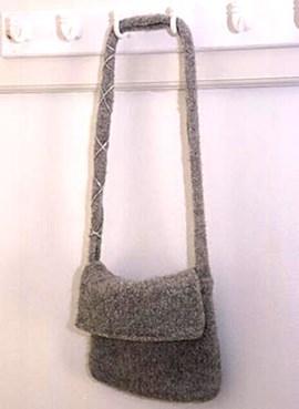 DROPS Vilten tas met klep van Alaska  ....
