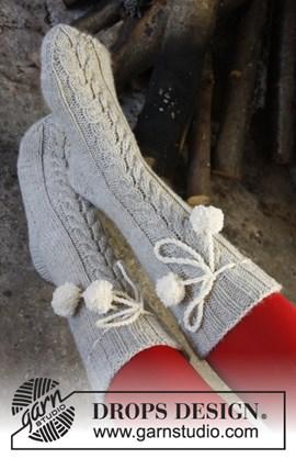 DROPS Kerst: gebreide sokken met kabel ....