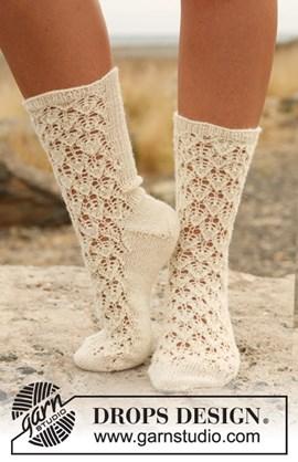 Gebreide DROPS sokken met kantpatroon