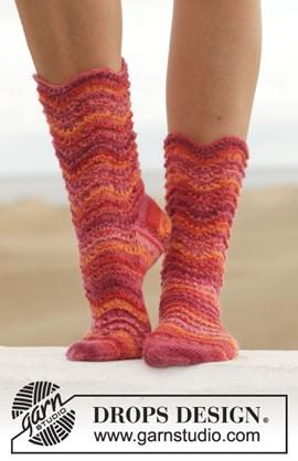 Gebreide sokken met golvenpatroon.