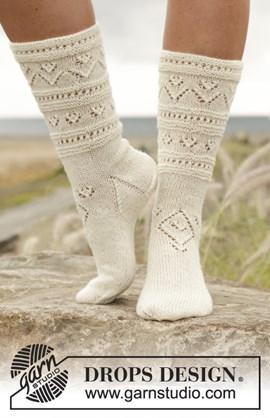 Gebreide sokken met kantpatroon.