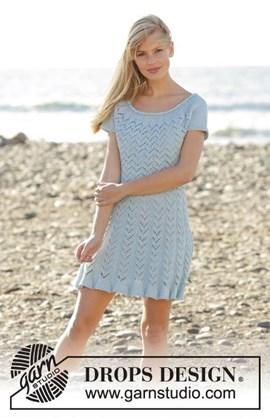 Gebreide jurk met kantpatroon.