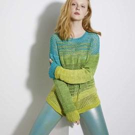 lang Yarns Lang yarns breipatroon damestrui met dubbele extra lange mouwboorden. Deze trui in tricot- en ajoursteek is gemaakt van het garen Bloom.