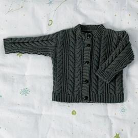 lang Yarns Breipatroon babyvest met kabelpatroon en knoopsluiting. Dit vestje met ronde hals isgemaakt van het garen Lang Yarns Merino 150