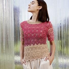 lang Yarns Lang Yarns breipatroon dameshemdje met korte aansluitende mouwtjes. Dit zomerse truitje in waaierpatroon is gemaakt van het garen Bloom.