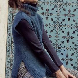 lang Yarns Lang Yarns breipatroon rough rooth, damesspencer met dubbelgevouwen col in parelsteek. Deze mouwloze trui met splitten aan de zijkant is gemaakt van het garenLang Yarns Wooladdicts respect.