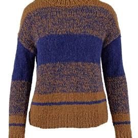 lang Yarns Breipatroon damestrui Wicked Wish met streeppatroon en afhangende mouw. De trui is gebreid van het garen Lang Yarns Wooladdicts Water 1003.