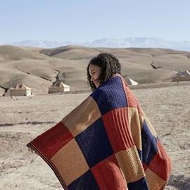 lang Yarns Breipatroon deken Million Moments met verschillende patronen in de blokken. Het deken is gemaakt van het garen Lang Yarns Wooladdicts Respect 1025.  Afmeting: circa 100 x 150 cm