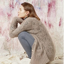 lang Yarns Breipatroon heerlijk zacht damesvest met knoopsluiting. Dit luchtige maar toch warme vest is in bladvormig ajourpatroon gebreidvan hetLang Yarns garen mohair luxe.