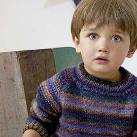 lang Yarns Breipatroon kindertrui met raglanmouw en streeppatroon. De trui is gemaakt van het garen Lang Yarns Viva 941.