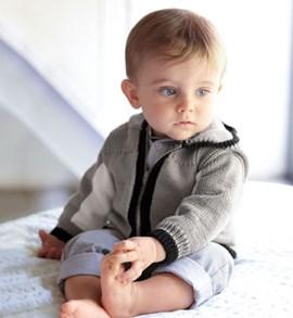 Breipatroon babyvest met capuchon van ....