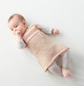 Breipatroon mouwloos babyjurkje met pas ....