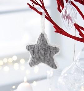 Gebreide kerstster met kabelpatroon.