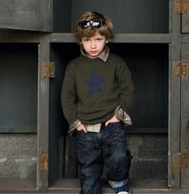 Gebreide jongenstrui met een ster op ....