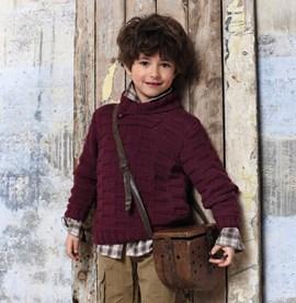 Gebreide jongenstrui met sjaalkraag.