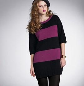 Gebreid jurk met horizontale banen.