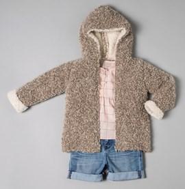Gebreid vest voor kinderen met capuchon.