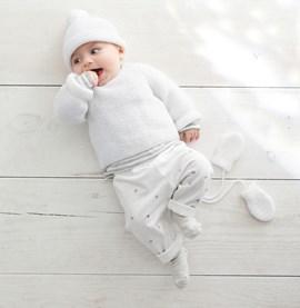 Gebreide babytrui in ribbelsteek.