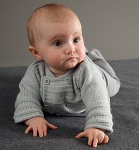 Breipatroon licht grijs babyvestje, met ....