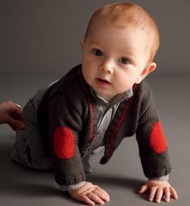 Breipatroon bruin babyvestje met v-hals ....