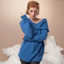 Gebreide trui met sjaalkraag.