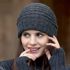 lang Yarns Gebreiden en gehaakte muts en handwarmers voor dames met leuk streeppatroon.