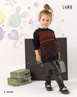 Gebreide trui met streepjes en blokjes.