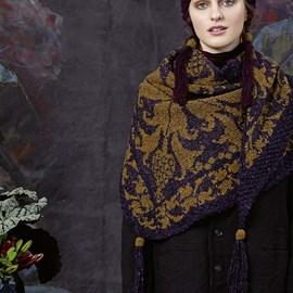 lang Yarns Breipatroon grote driehoekige sjaal met luxe inbreimotief, deze omslagdoek is gebreid van het Lang Yarns Donegal. Formaat:90 a 190 cm.