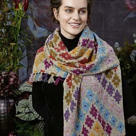 lang Yarns Breipatroon omslagdoek met fraai inbreipatroon in ruitjes patroon. Deze XL sjaal is gebreid van het Lang Yarns garen Donegal. Formaat: 45 a 188 cm