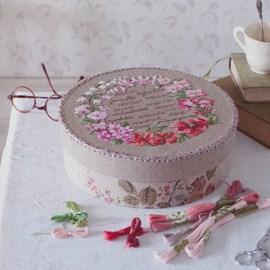 Borduurwerk van een bloemenkrans.