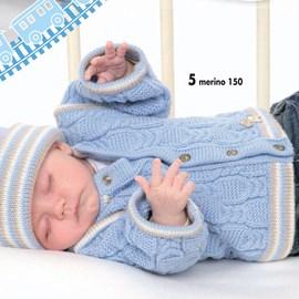Gebreid baby vest met kabels.
