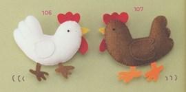 De kippen scharrelen lekker door de ....