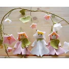 Bloemmeisjes gemaakt van vilt en kralen