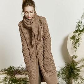 lang Yarns Lang Yarns breipatroon lang damesvest met zakken en brede boord. Dit vest met een fijne kabel is gemaakt van het garen Lang Yarns Urania.